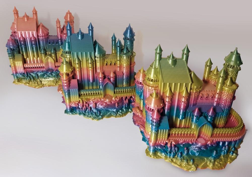 Różne wariacje kolorystyczne tego samego modelu wydrukowane z PLA Rainbow Silk